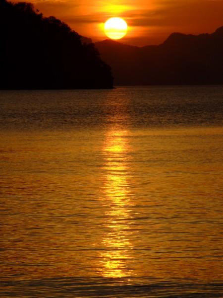 Glimmering sunset in El Nido Palawan (click to enlarge)